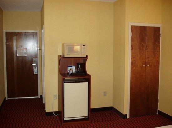 Comfort Inn Lancaster - Rockvale Outlets: King suite - Microwave & refrig
