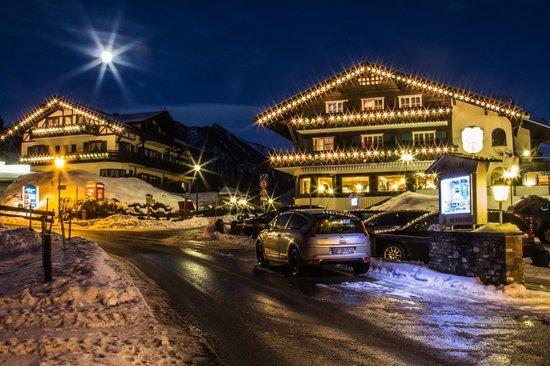 Hotel Bergruh: Das Hotel in einer Vollmondnacht
