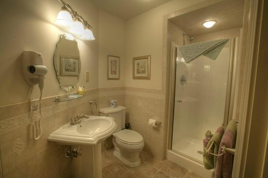 Silverstone Inn & Suites: White Pine Bathroom