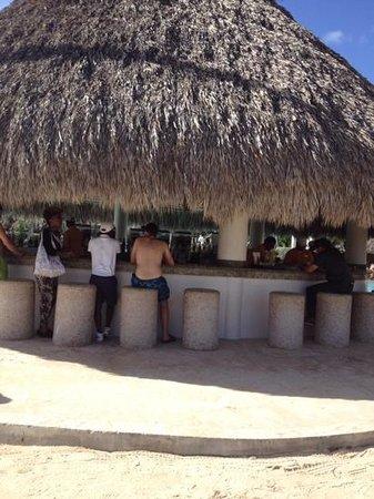 Secrets Royal Beach Punta Cana : pool bar