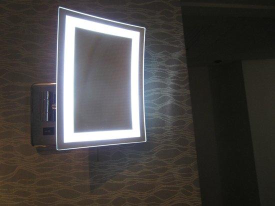 Royal Sonesta Houston Galleria : Bright mirror for makeup