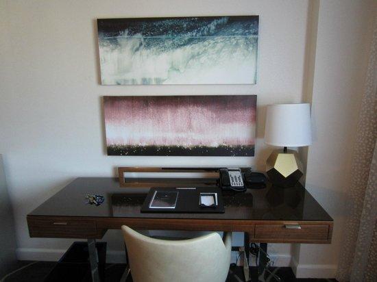 Royal Sonesta Houston Galleria: Desk area