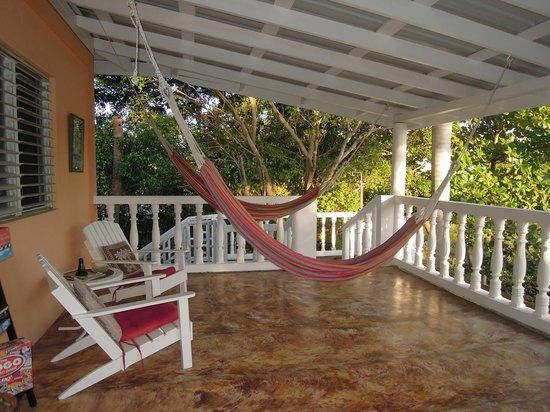 Sea Glass Inn: Hammocks for anyone's use on the veranda