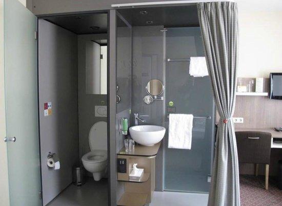Boutique Hotel Stadthalle: Toilette mit Türe und Waschbereich