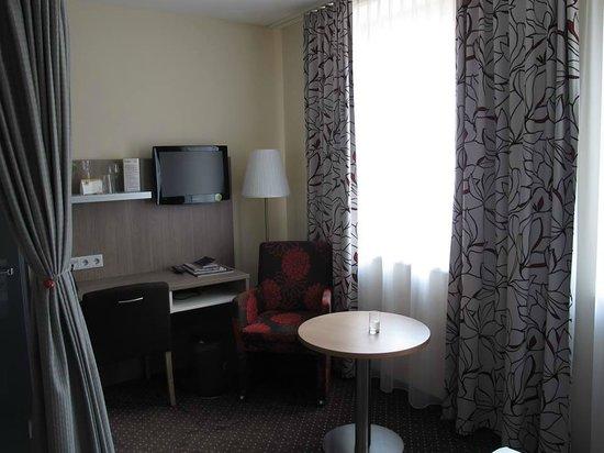 Boutique Hotel Stadthalle: Fernseher und Schreibtisch