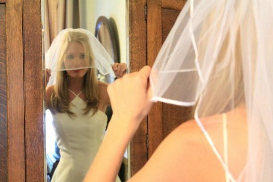 Carroll House Bed and Breakfast : Blushing Bride getting ready for her wedding