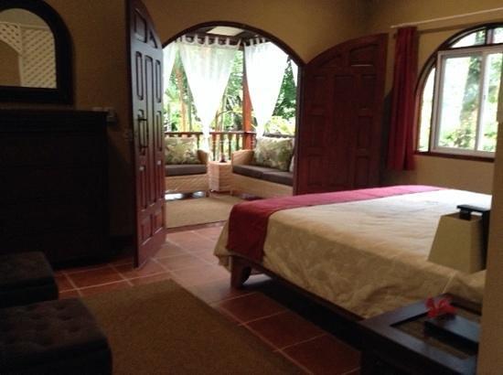 El Encanto Inn : vista della camera con il balcone sul giardino