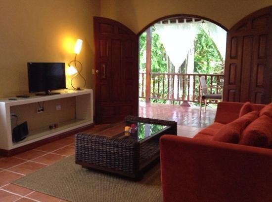 El Encanto Inn : vista salone suit con terrazzo sul giardino