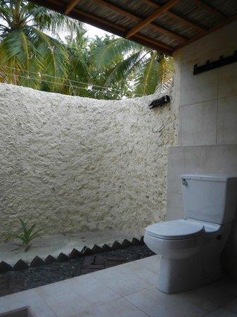 Kuredu Island Resort & Spa: душ и туалет