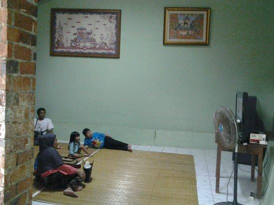 Kite Museum of Indonesia: menonton film dokumenter layang-layang