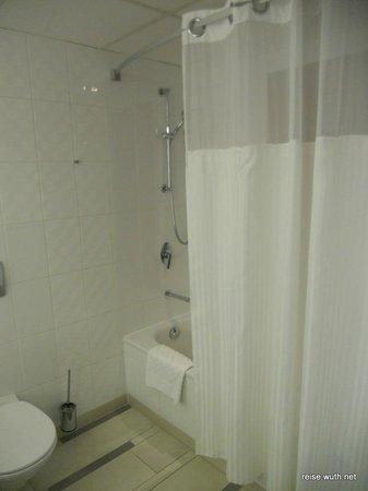 Hilton Vienna Danube Waterfront: Dusche/WC