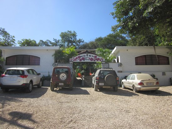 Hotel Flores: View from the road