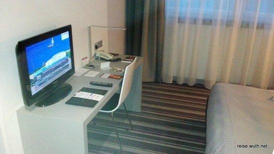Rilano 24/7 Hotel München: TV und Schreibtisch