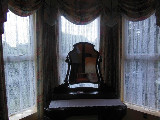 Adare Bed & Breakfast : Bay window with a vanity mirror overlooking the street