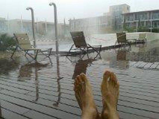 Aqualux Hotel Spa & Suite Bardolino: Un fettucciato annodato ai lettini delimita l'area accessibile delle piscine esterne