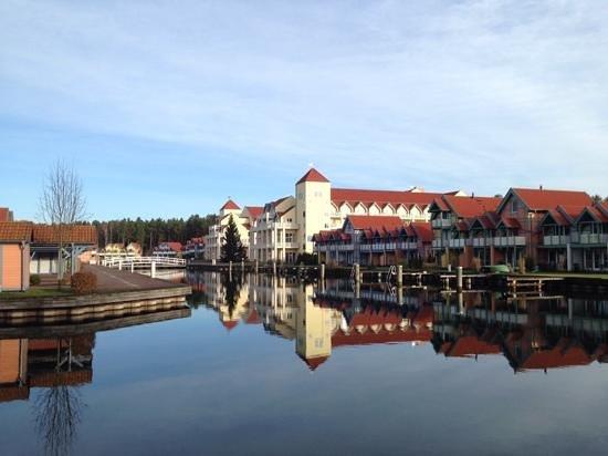 Maritim Hafenhotel Rheinsberg : hotel von der Seite