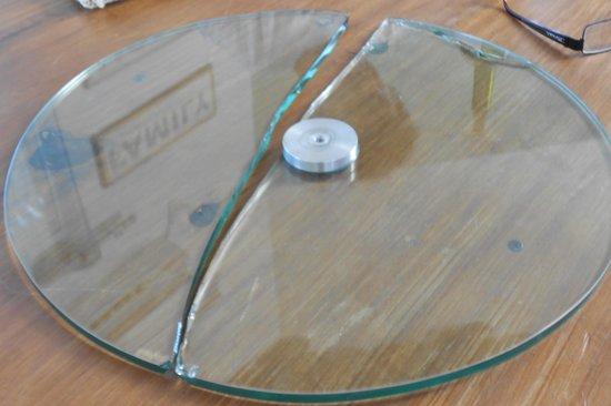 Howard Johnson Hotel Finca Maria Cristina: mesa de luz de vidrio