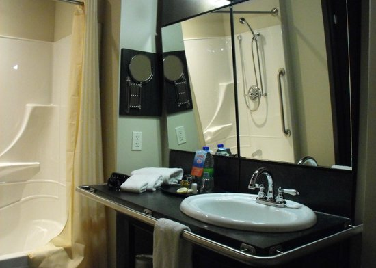 Grand Times Hotel - Quebec City Airport : Room 214 - Accessible bathroom