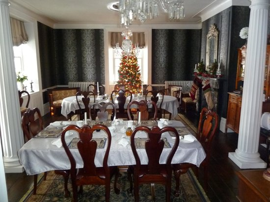 Brockamour Manor Bed and Breakfast: The Dining Room