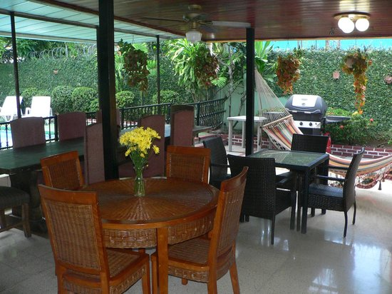 Hostal Cocos Inn: dining patio