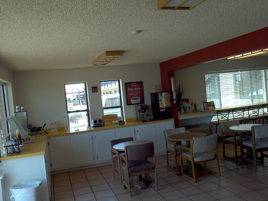 Econo Lodge: Breakfast set up area
