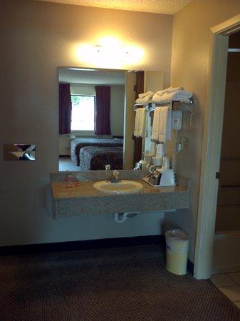 Econo Lodge: Granite Vanities in all Rooms