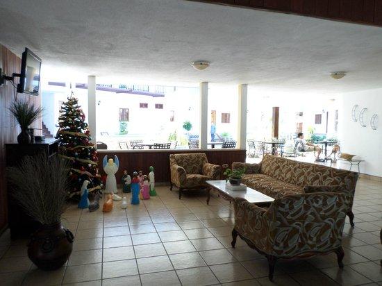 Hotel Mozonte: viendo tv en el area comun