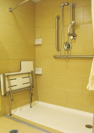 BEST WESTERN PLUS Keene Hotel : Room 140 - accessible bathroom