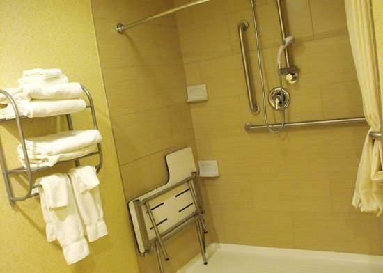 Best Western Plus Keene Hotel: Room 140 - accessible bathroom
