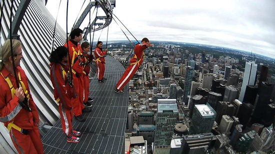 Edge Walk at the CN Tower : The Titanic