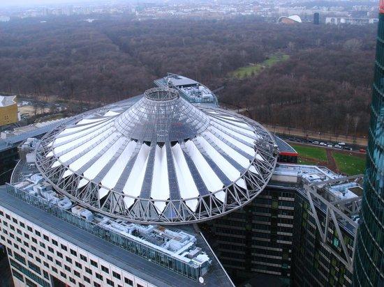 Berlin Marriott Hotel: Sony Center derrière l'hôtel
