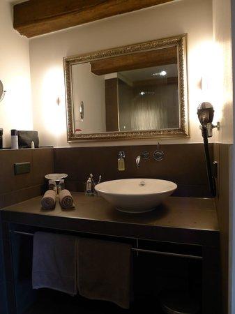 Hotel Anno 1216: Stylish an neat bathroom