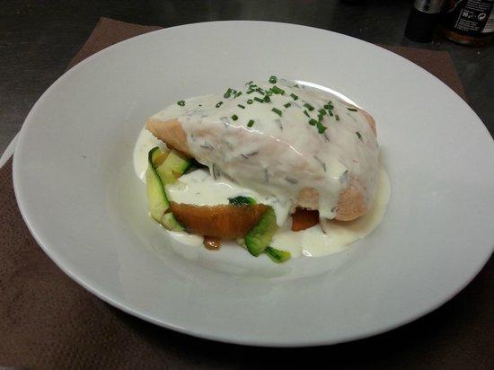Le Chat Gourmand: Pavé de saumon sur lit de petits légumes croquants, écume d'estragon. Signature Stéphane Lambert