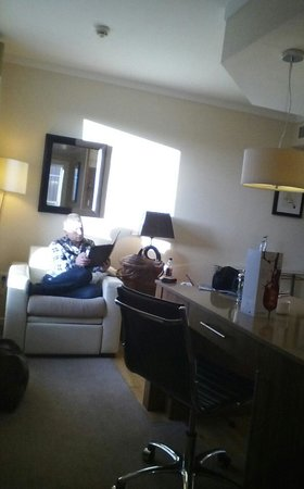 Staybridge Suites Liverpool: living space