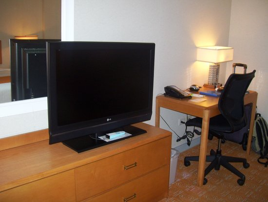 Fairfield Inn & Suites Chicago Downtown/Magnificent Mile: tv and work station