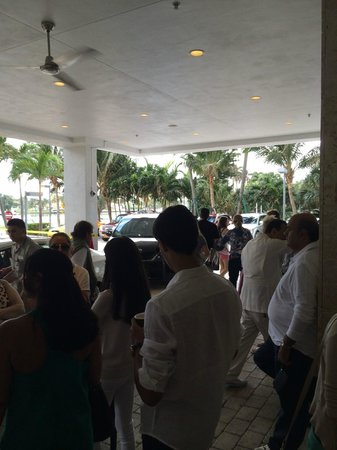 Grand Beach Hotel: Everyone waiting for car valet. 20mins.