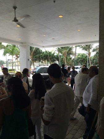 Grand Beach Hotel : Everyone waiting for car valet. 20mins.