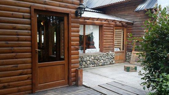 Hosteria Portal De Piedra: Acceso posterior al edificio principal