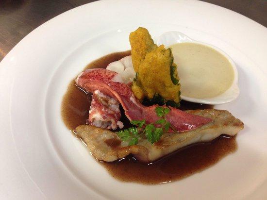 Le Cosi : Homard et turbot sauce civet royal de topinambour et tempura de feuille de mélisse