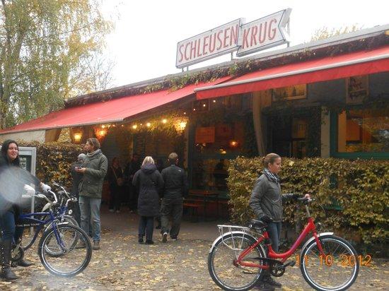 Schleusenkrug: all hopping off bikes