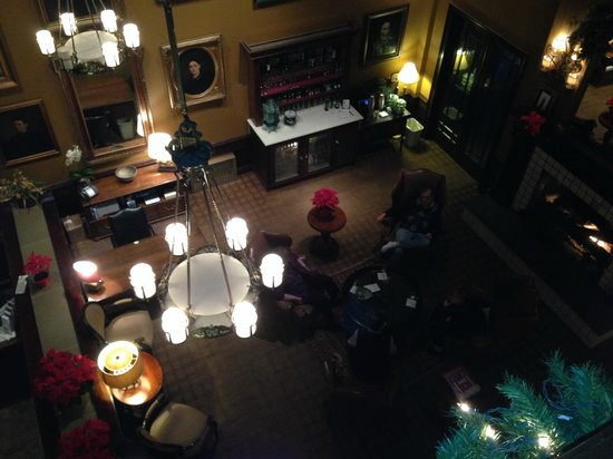 Lambertville Station Inn: Looking down at the lobby