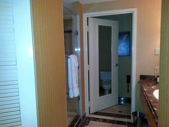 Eldorado Resort Casino: Huge bathroom with shower and tub