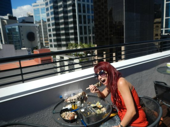 Nomads Auckland Backpackers Hostel : Terraza y cocina
