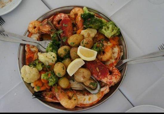 Restaurante Mar do Inferno : Camarões, lagostinha, peixe e legumes grelhados em um molho.... Hum... Inesquecível!!!!