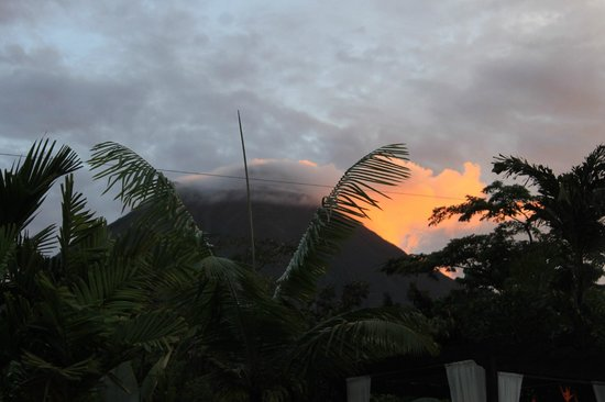 Arenal Springs Resort and Spa: View of volcano from hot springs