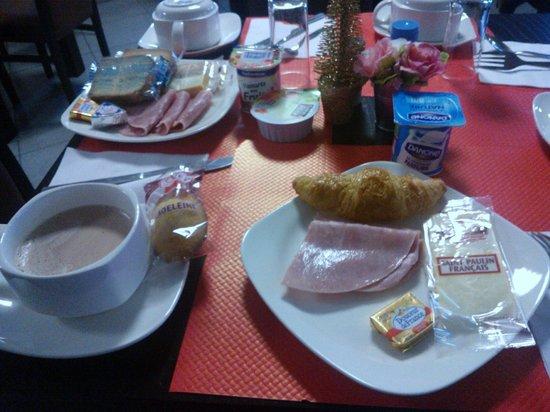 Comfort Hotel Bobigny Paris Est : Lo que puedes encontrar en el buffet: chocolate, pan, mantequilla, jamón, pan, entre otras cosas