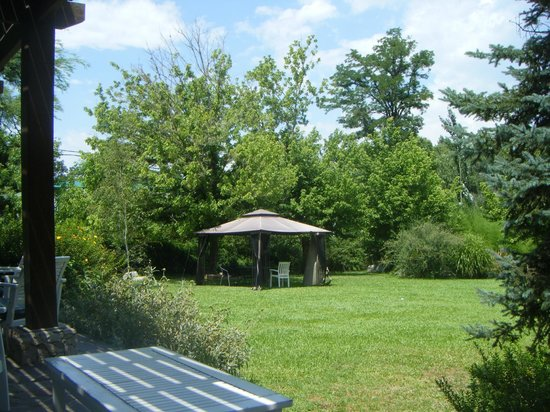 Posada Labriego: Vista de un gazebo en el jardín, desde el porche