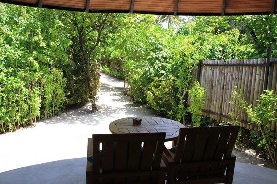 The Sun Siyam Iru Fushi Maldives : номер - дорожка к лежакам и морю