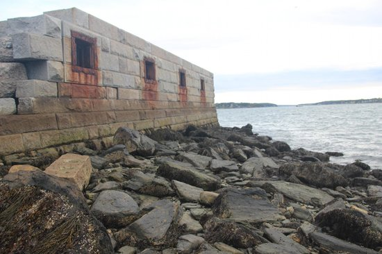 Spring Point Ledge Lighthouse - Fortifications