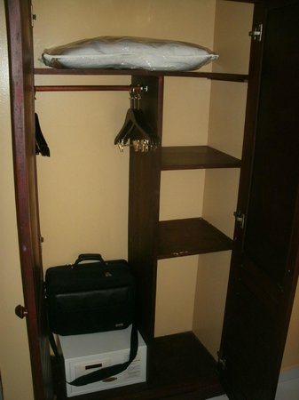 Mercure Comercial Santo Domingo: Zimmer Kleiderschrank